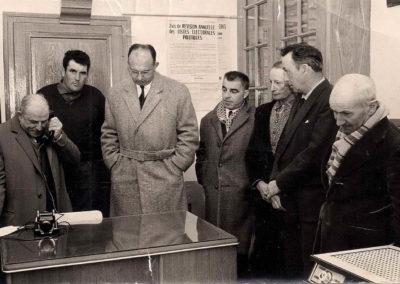 Maire J. Cazeilles à la mairie (cagibis de l'ancienne école des garçons) dans les années 60